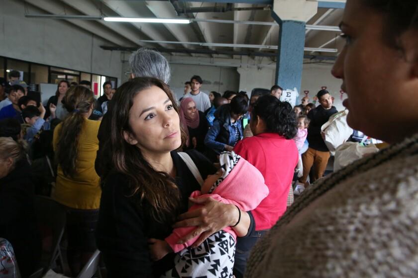 La actriz y activista Eva Longoria visitó el refugio en Tijuana.