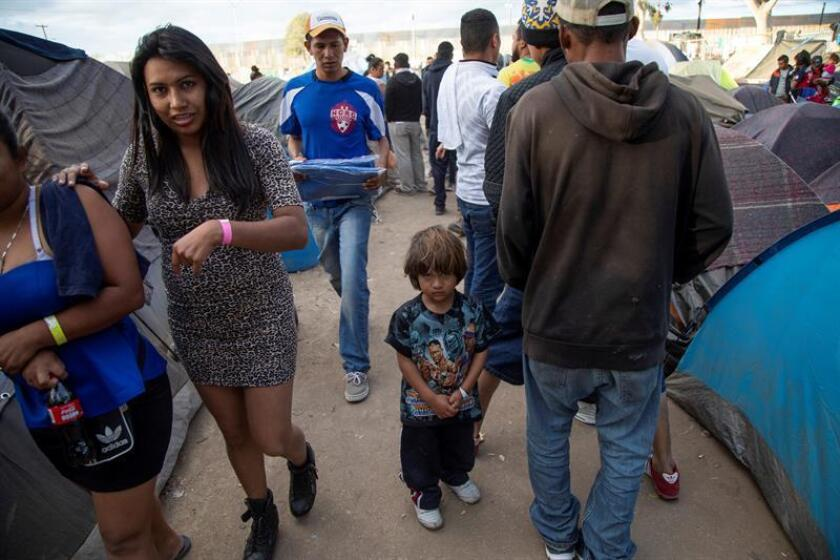 Migrantes recorren un albergue en Tijuana (México). EFE/Archivo