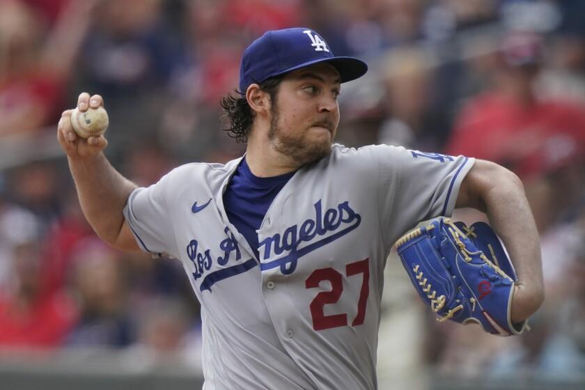 Trevor Bauer, abridor de los Dodgers de Los Ángeles, hace un lanzamiento en el juego ante los Bravos de Atlanta, el viernes 23 de julio de 2021 (AP Foto/Brynn Anderson, archivo)