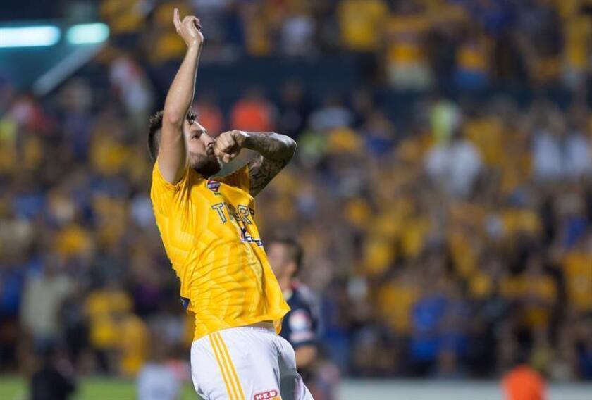 En la imagen un registro de André Gignac, atacante francés de los Tigres de UANL, quien anotó un penal en tiempo de reposición con el que su equipo empató 2-2 ante el León de Guanajuato. EFE/Archivo