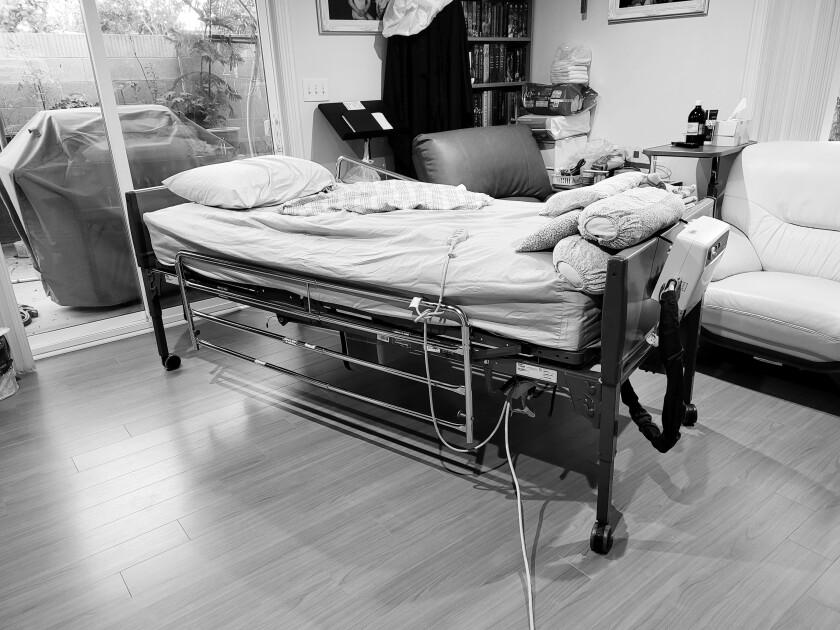 Gia đình Leyna Ashley Tran chăm sóc bà ngoại của cô, người đã nhập viện chăm sóc tế bào từ tháng 2 năm 2020, từ phòng khách của họ.
