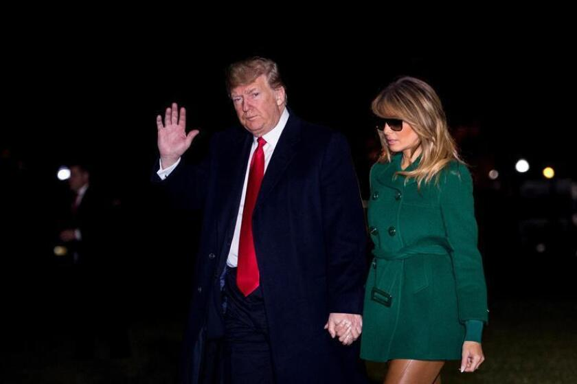 El presidente de los Estados Unidos Donald J. Trump y su esposa Melania Trump a su llegada a la Casa Blanca, en Washington, tras visitar a las tropas estadounidenses destacadas en la base iraquí de Al Asad, hoy 27 de diciembre de 2018. EFE
