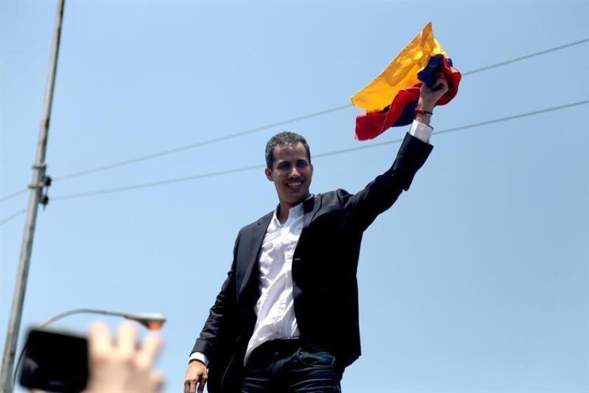 El jefe del Parlamento venezolano, Juan Guaidó (c), saluda a su llegada, este lunes en la salida del Aeropuerto Internacional de Maiquetía Simón Bolívar (Venezuela). EFE