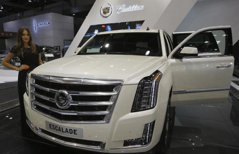 Una modelo posa junto al Cadillac Escalade 2015 expuesto en el Salón Internacional del Motor de Dubái (Emiratos Árabes Unidos). EFE/Archivo