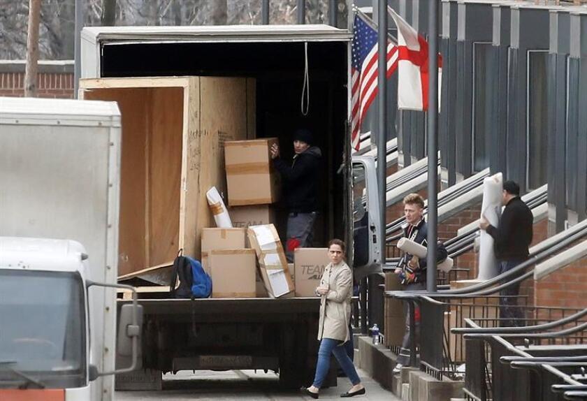 Personal carga cajas en caminones en la embajada estadounidense en Moscú (Rusia) hoy, 4 de abril de 2018. EFE