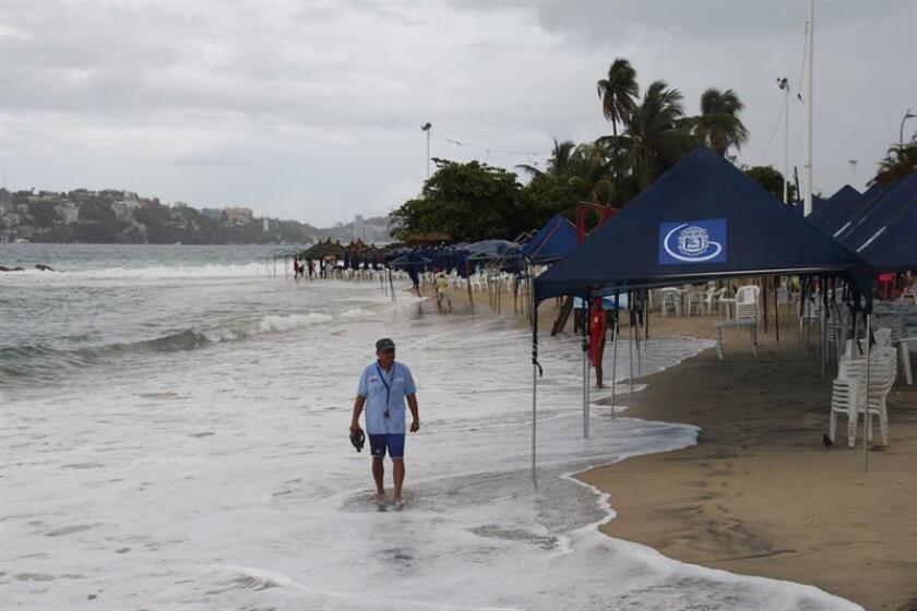 Una nueva tormenta tropical, denominada Fabio, se formó en las últimas horas en el Océano Pacífico y favorece entrada de humedad hacia el occidente y sur de México, informó hoy el Servicio Meteorológico Nacional (SMN), y pronosticó que el meteoro se convertirá en huracán mañana temprano. EFE/Archivo