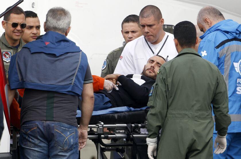 El futbolista brasileño Alan Ruschel, uno de los seis sobrevivientes de la tragedia aérea del Chapecoense, es trasladado en un avión con instrumentos médicos de la Fuerza Aérea Brasileña el pasado martes 13 de diciembre de 2016, desde la base aérea CACOM 5 de Ríonegro (Colombia) hacia Brasil.