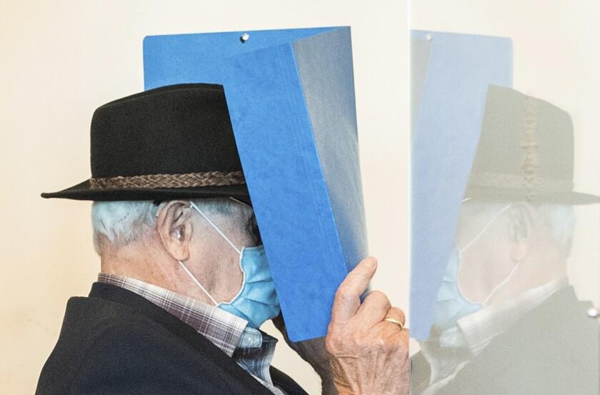 Un hombre de 93 años, excustodio del campo de concentración Stutthof del régimen nazi cerca de Danzig, Polonia, es trasladado a una sala de la corte regional de Hamburgo, Alemania, el jueves 23 de julio de 2020. (Daniel Bockwoldt/dpa via AP)