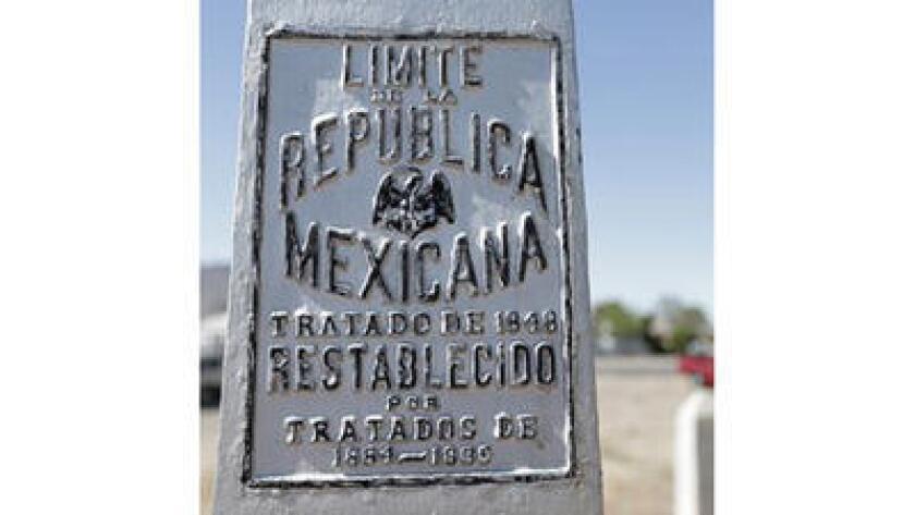 Un cartel en el Monumento Nacional de El Chamizal recuerda el viejo límite entre México y Estados Unidos en El Paso, Texas, en foto del 1ro de julio del 2016. El parque, creado para conmemorar la resolución de un conflicto que duró 100 años, surgido cuando el río Bravo cambió de curso y corrió la frontera entre los dos países, cumple 50 años. (Mark Lambie /The El Paso Times via AP, File)