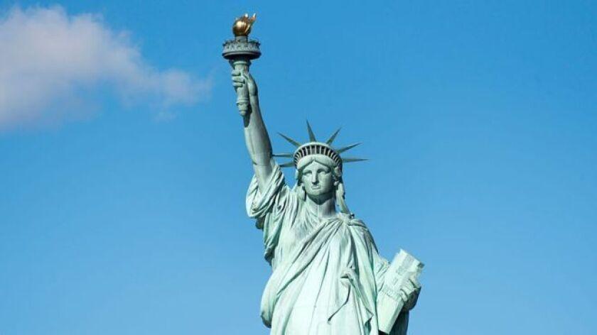 La estatua es una obra del escultor francés Frédéric Bartholdi. Y según el profesor de historia de la Universidad de Nueva York Edward Berenson, la idea original de Bartholdi era representar a una mujer árabe.