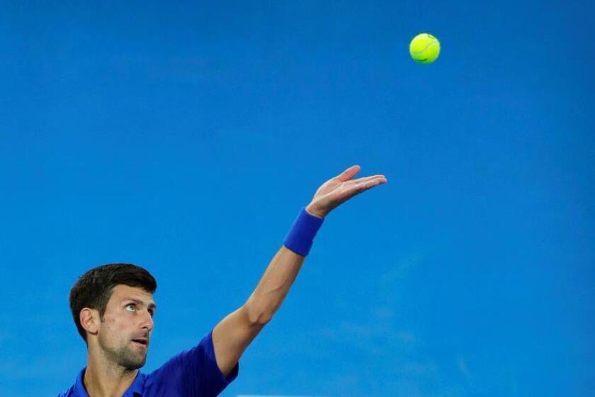 El tenista serbio Novak Djokovic saca ante el japonés Kei Nishikori en un partido de cuartos de final del Abierto de Australia de tenis, este miércoles en Melbourne. EFE