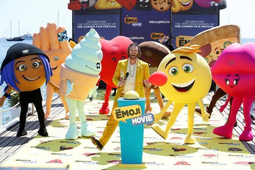 El actor estadounidense T.J. Miller (c) durante la presentación de la película ''The Emoji Movie''. EFE/Archivo