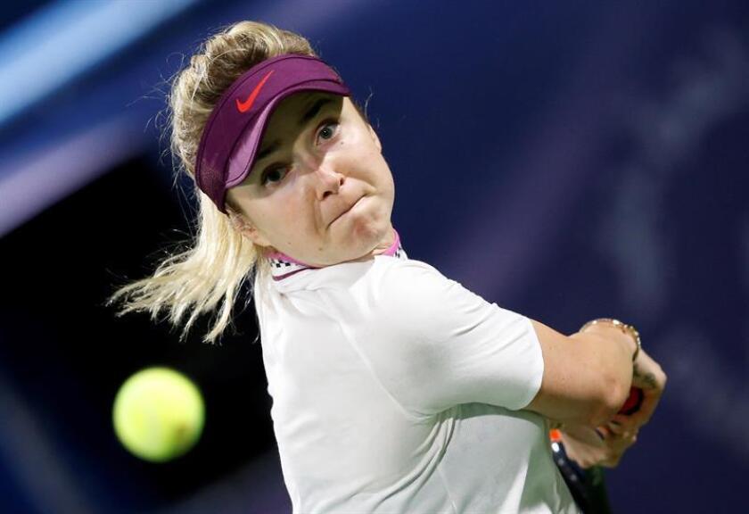 La tenista ucraniana Elina Svitolina devuelve la bola a la española Carla Suárez durante su encuentro de cuartos de final correspondiente al Torneo de Dubái, este jueves en Emiratos Árabes Unidos. EFE