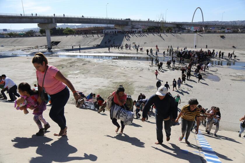 Migrantes intentan cruzar muro con EE.UU. y reciben gas lacrim?geno