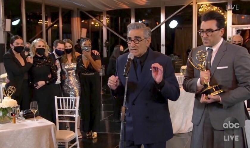 """elenco de  """"Schitt's Creek"""" durante la transmisión de la 72da edición de los premios Emmy."""