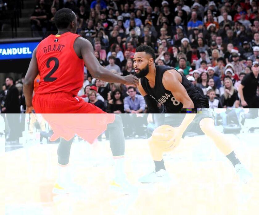 Patty Mills (d) de los San Antonio Spurs disputa el balón con Jerian Grant de los Chicago Bulls en San Antonio, (EE.UU.). EFE