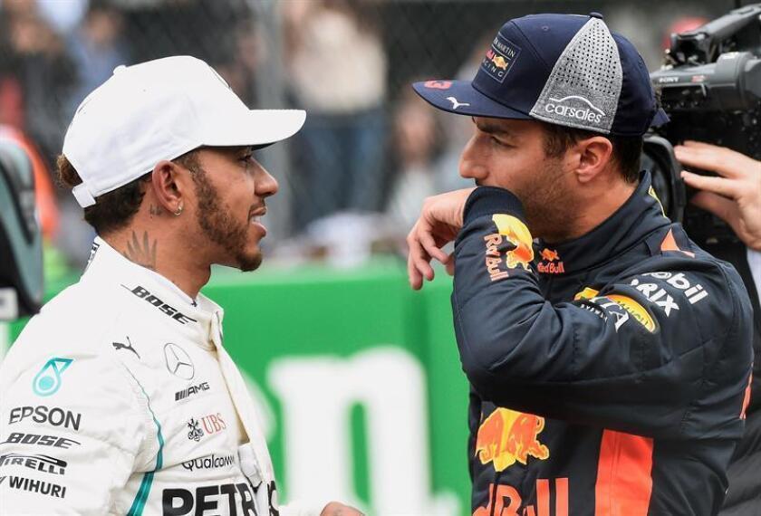 El australiano Daniel Ricciardo (d) de Red Bull habla con el británico Lewis Hamilton de Mercedes, luego de ganar la sesión de clasificación hoy, sábado 27 de octubre de 2018, para el Gran Premio de México de Formula Uno, en el Autódromo Hermanos Rodríguez, en Ciudad de México (México). EFE/POOL