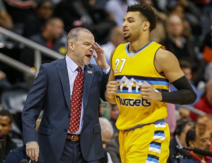 El entrenador Michael Malone (i) de Denver Nuggets dirige junto al jugador al canadiense Jamal Murray durante un juego de la NBA. EFE/Archivo