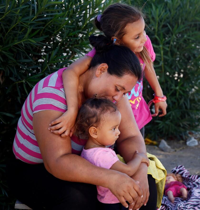 463730_POL_la-na-pol-trump-remain-in-mexico-asylum-seekers-border-20190828_DPM
