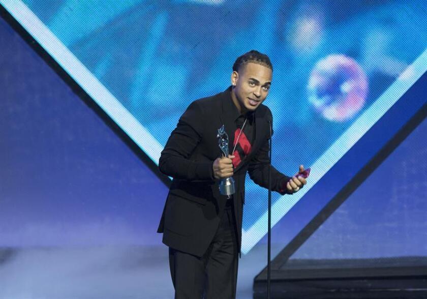 El cantante puertorriqueño Ozuna recibe un premio en la entrega de los Premios Soberano, evento que organiza la Asociación de Cronistas de Arte (Acroarte) y que reconoce a los artistas dominicanos más destacados del último año, el martes 20 de marzo 2018, en Santo Domingo (República Dominicana). EFE/Archivo