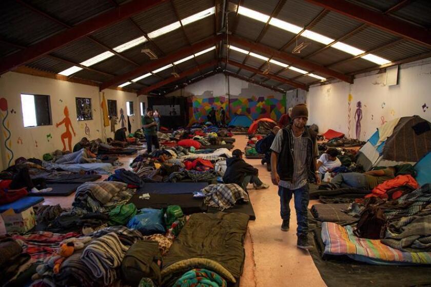 Miembros de la caravana migrante permanecenen el albergue El Barretal, en Tijuana (México). EFE/Archivo