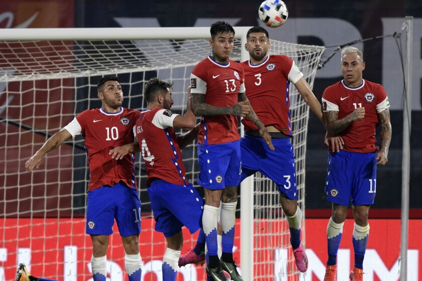 Los jugadores de Chile saltan para tapar el tiro libre ejecutado por el delantero argentino Lionel Messi