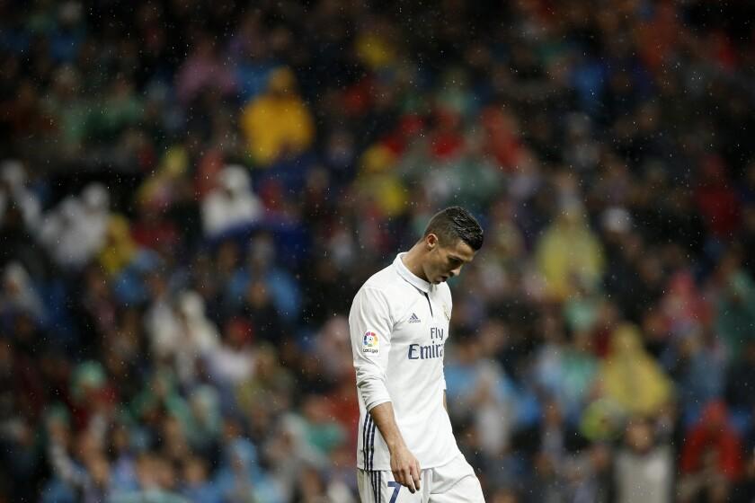 El jugador de Real Madrid, Cristiano Ronaldo, durante un partido contra Athletic de Bilbao por la liga española el domingo, 23 de octubre de 2016, en Madrid. (AP Photo/Daniel Ochoa de Olza) ** Usable by HOY, ELSENT and SD Only **
