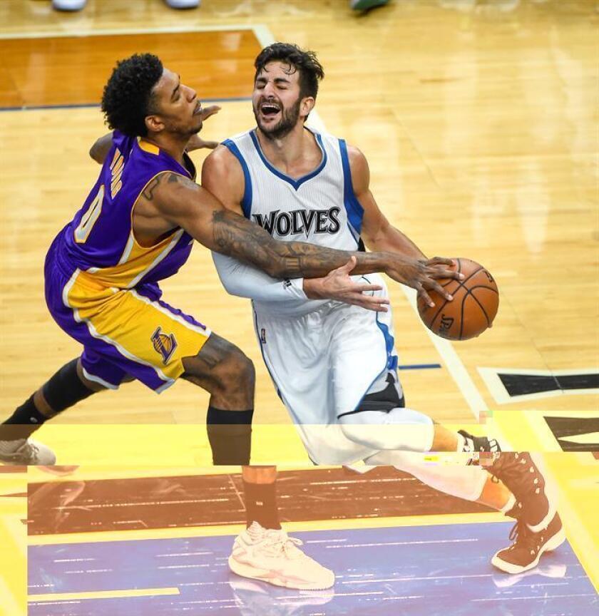 Ricky Rubio de Minnesota Timberwolves en acción ante Nick Young (i) de Los Angeles Lakers durante un juego de la NBA. EFE/Archivo
