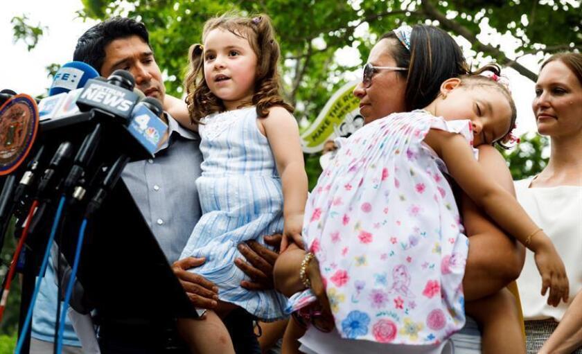 Fotografía de archivo de los familiares del inmigrante ecuatoriano Pablo Villavicencio, que fue detenido al entregar una pizza en un cuartel, ofrecen una rueda de prensa en Nueva York. EFE/Archivo
