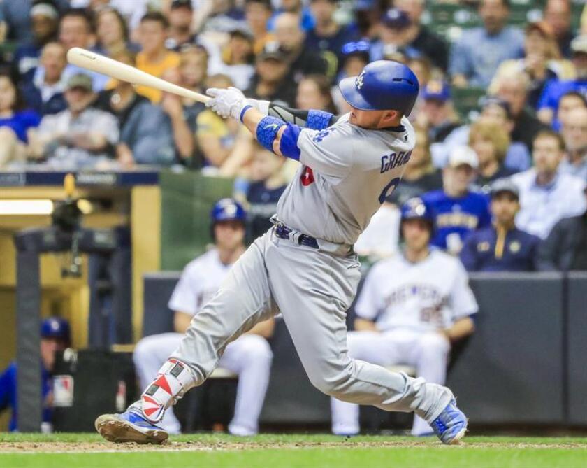 En la imagen un registro de Yasmani Grandal, receptor cubano de los Dodgers de Los Ángeles, quien aportó dos jonrones que marcaron tres carreras en la victoria de su equipo 6-4 sobre los Cerveceros de Milwaukee. EFE/Archivo
