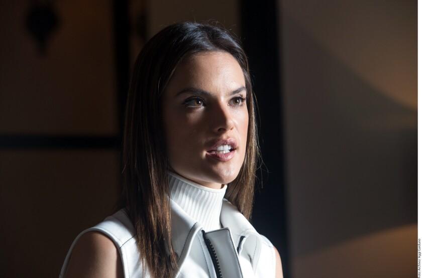 Después de 10 años de relación y dos hijos en común, Alessandra Ambrosio (foto) se ha separado de su prometido, Jamie Mazur.
