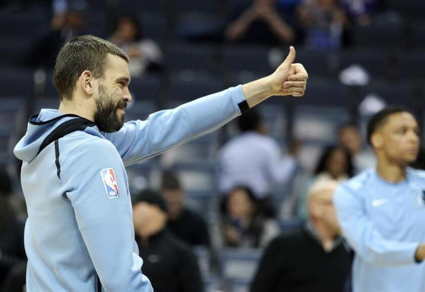 Memphis Grizzlies center Marc Gasol, of Spain, gestures to a fan. EFE/Archivo