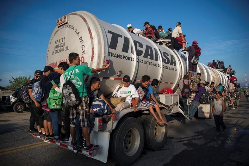 Integrantes de la caravana de migrantes centroamericanos se preparan para su salida desde Tepatepec hacia la localidad de Niltepec, en el estado de Oaxaca (México) hoy, lunes 29 de octubre de 2018. EFE