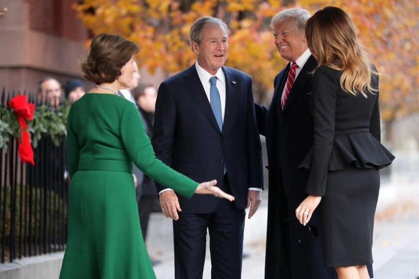 La ex primera dama estadounidense Laura Bush (i) y el expresidente estadounidense George W. Bush (2i) saludan al presidente estadounidense, Donald J. Trump (d), y a la primera dama, Melania Trump (2d), en el exterior de Blair House, en Washington (EE.UU). EFE/Chip Somodevilla / PROHIBIDO SU USO POR AFP / POOL