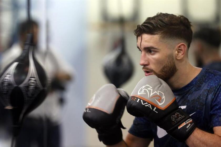 El dos veces campeón olímpico, el boxeador puertorriqueño Jeyvier Cintrón, entrena en el gimnasio Félix Pagán Pintor del Barrio Amelia en Guaynabo (Puerto Rico). EFE/Archivo