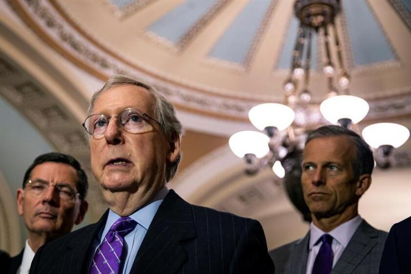 El líder republicano del Senado Mitch McConnell habla durante una conferencia de prensa posterior a un almuerzo de política republicana hoy, martes 19 de junio de 2018, en Washington (EE.UU.). EFE