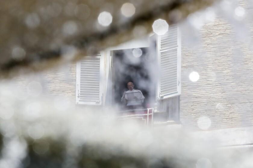 El papa Francisco se ve enmarcado por una de las fuentes que adornan la Plaza de San Pedro