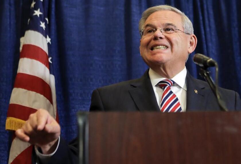 Los problemas con la Justicia del senador Bob Menéndez, uno de los políticos hispanos más poderosos en Washington, amenazan con complicar a los demócratas sus esfuerzos para recuperar el control del legislativo. EFE/Archivo
