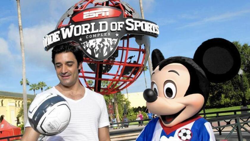 Acteur Gilles Marini avec Mickey Mouse