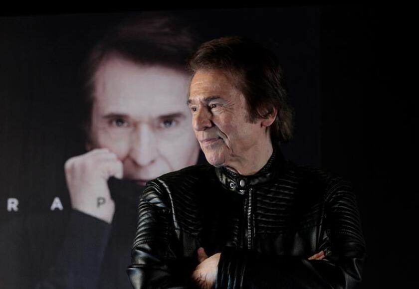 El cantante español Raphael posa durante una conferencia de prensa hoy, lunes 26 de febrero de 2018, en Ciudad de México (México). EFE