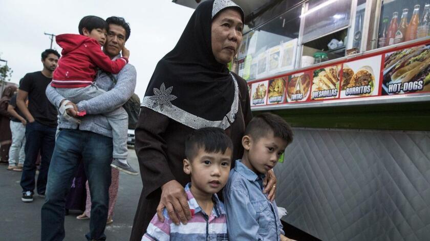 Familias aguardan frente al camión de tacos ubicado en el Centro Islámico de Santa Ana (Brian van der Brug / Los Angeles Times).