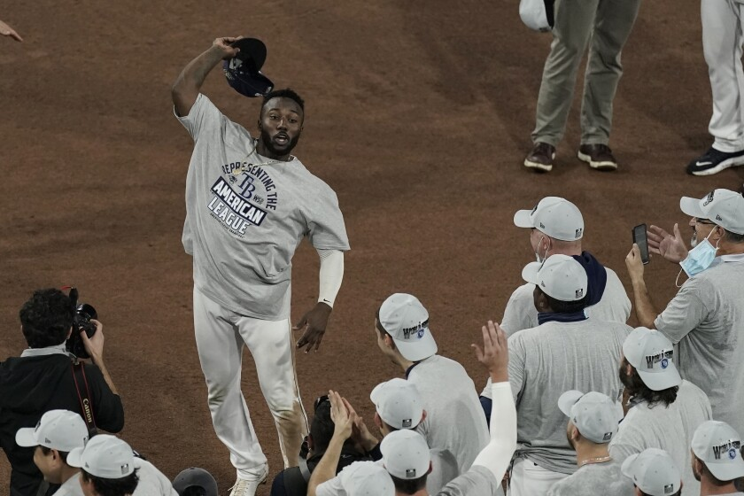 El cubano Randy Arozarena, de los Rays de Tampa Bay, festeja tras ser nombrado el Jugador Más Valioso
