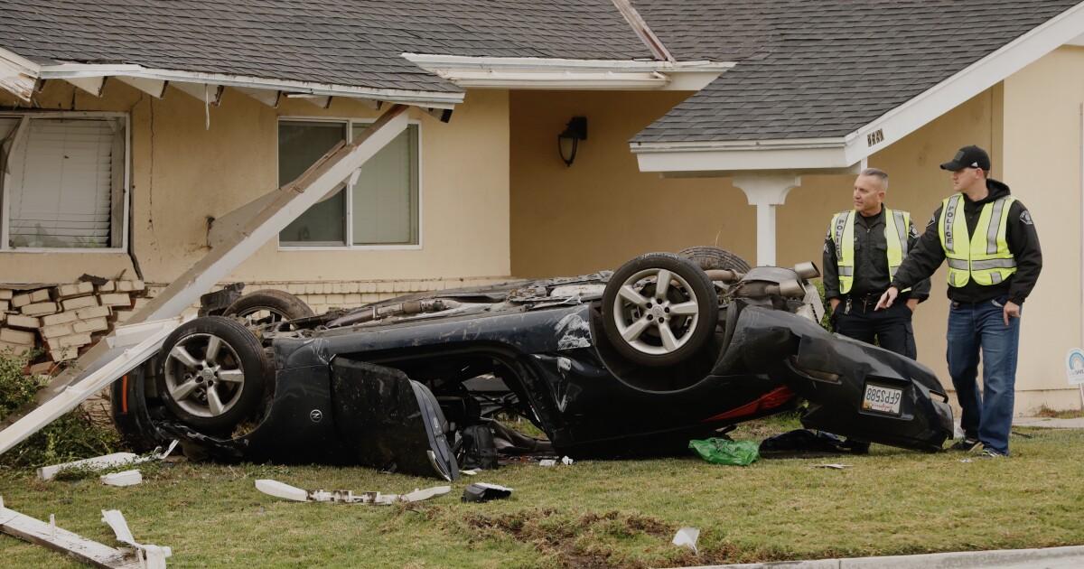 Sport Auto knallt in Simi Valley zu Hause, töten 1 und Verletzung von 2 anderen