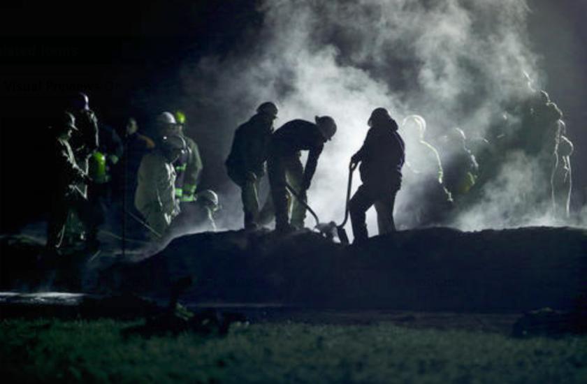 Personal de Pemex, Petróleos Mexicanos, trabaja en la zona donde explotó una toma ilegal de gasolina en un ducto en Tlahuelilpan, estado de Hidalgo, México, sábado 19 de junio de 2019. Una gran bola de fuego mató a al menos 67 personas, y había decenas de heridos y desaparecidos. (AP Foto/Claudio Cruz)