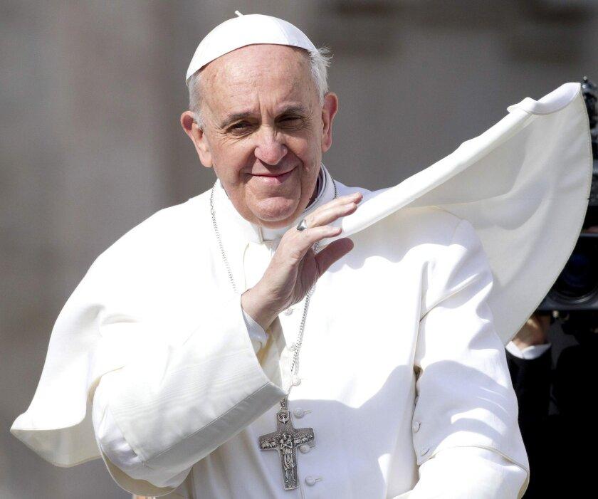 El Papa Francisco saluda a los fieles en la plaza de San Pedro del Vaticano. EFE/Archivo