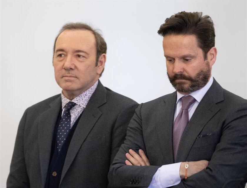El actor estadounidense Kevin Spacey (i) y su abogado Alan Jackson (d) asisten a un juicio ante el tribunal de Nantucket, Estados Unidos. EFE/POOL/Archivo