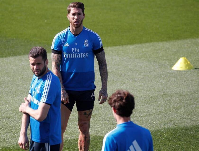 El capitán del Real Madrid Sergio Ramos (d), durante un entrenamiento. EFE/Archivo
