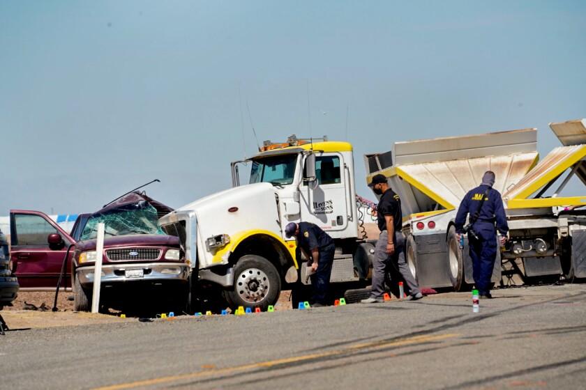 Las autoridades inspeccionan la escena de un accidente mortal en la Ruta Estatal 115