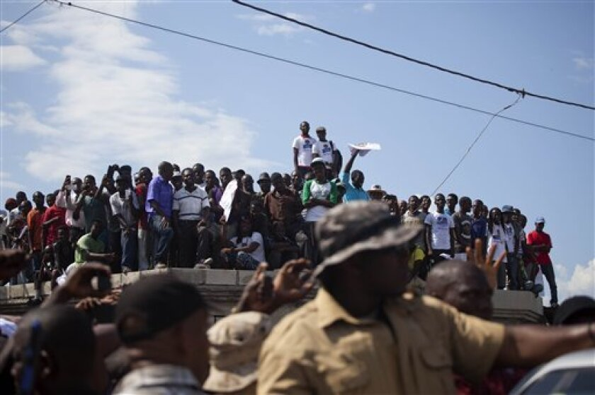 El expresidente de Haití Jean-Bertrand Aristide ha dado el salto a primera línea para la campaña de las elecciones presidenciales del mes que viene, lo que ha hecho pensar a muchos que la figura más divisiva de la accidentada política haitiana se posiciona para recuperar poder si gana su partido.