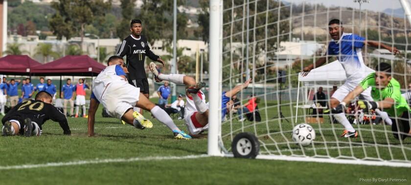 El programa de futbol de Cerritos College es uno de los más exitosos en la nación en la División III, a nivel femenil y varonil